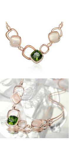 Colier roz cu cristale verzi, albe si strasuri