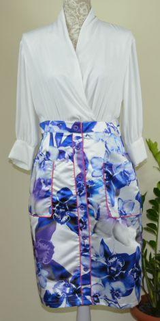 Rochie alba cu maneca lunga,fusta albastra cu flori