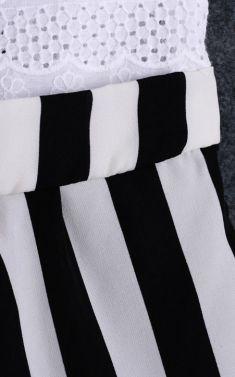 Rochita alba cu fusta in dungi albe si negre