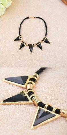 Colier negru cu cinci triunghiuri