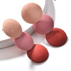 Cercei lungi cu cercuri bej, rosu si roz